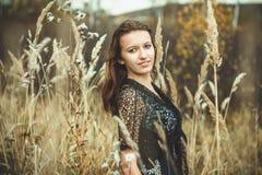 一件礼服的女孩在草 库存图片