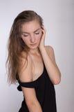 一件黑礼服的快乐的女孩 免版税库存照片