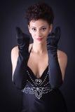 一件黑礼服的性感的端庄的妇女 免版税库存照片