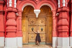 一件黑礼服的金发碧眼的女人有大门的 概念的smal 免版税库存照片