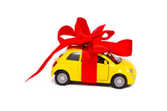 一件礼物。有一把红色弓的汽车 免版税图库摄影