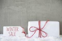 一件礼物,都市水泥背景,文本冬天销售 免版税库存图片