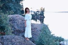 一件空白礼服的妇女 免版税图库摄影