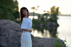 一件空白礼服的妇女 免版税库存照片