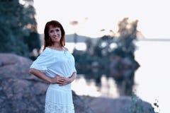 一件空白礼服的妇女 免版税库存图片