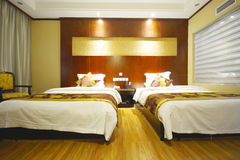 一间空的旅馆或汽车旅馆客房有两张床的 图库摄影
