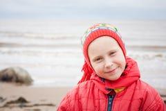 一件红色夹克的女孩 库存照片