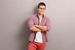 一件红色方格的衬衣的偶然年轻人 免版税库存照片