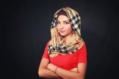 一件红色礼服的一个女孩有头巾的 免版税库存图片