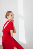 一件红色礼服的女孩在白色背景 免版税库存图片