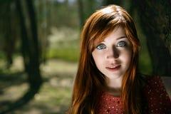 一件红色礼服的女孩 免版税库存照片