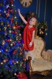 一件红色礼服的小白肤金发的孩子 库存照片