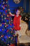 一件红色礼服的小白肤金发的孩子 库存图片