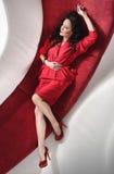 一件红色礼服的美丽的女孩 免版税库存图片
