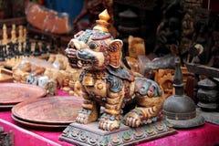 一份纪念品在商店:在Bhaktpur Darbur广场的古铜色狮子雕象 免版税库存图片
