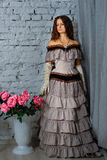 一件美丽的历史的礼服的女孩 免版税库存图片