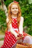 一件美丽的礼服的女孩有篮子的 库存照片