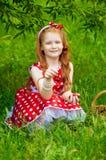一件美丽的礼服的女孩有篮子的 库存图片
