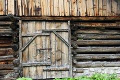 一间老农舍的木门 免版税库存照片