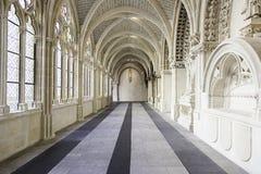 一间老哥特式修道院的内部 免版税图库摄影