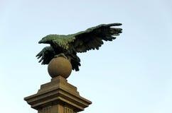 一从老鹰桥梁古老雕塑  库存照片