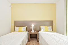 一间舒适卧室在绿色和两张舒适的床树荫下。 库存图片