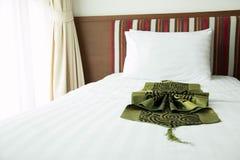 一间舒适,精心布置的旅馆卧室的看法与夜 免版税库存照片