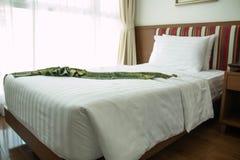 一间舒适,精心布置的旅馆卧室的看法与夜 图库摄影