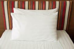 一间舒适,精心布置的旅馆卧室的看法与夜 库存图片