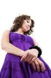 一件紫色礼服的俏丽的妇女 免版税图库摄影