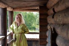 一件绿色礼服的北欧海盗白肤金发的女孩 免版税图库摄影