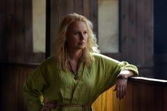 一件绿色礼服的北欧海盗白肤金发的女孩 库存图片