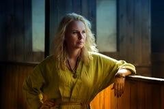 一件绿色礼服的北欧海盗白肤金发的女孩 免版税库存照片