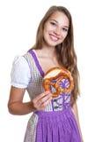 一件紫色礼服的可爱的白肤金发的妇女用椒盐脆饼 库存图片