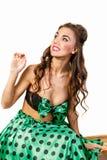 一件绿色礼服的女孩看得左 免版税库存照片