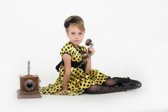 一件黄色礼服的小女孩 免版税图库摄影