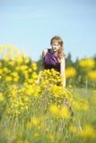 一件紫色礼服的白肤金发的妇女 免版税图库摄影