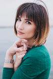 一件绿色礼服的年轻美丽的妇女 免版税图库摄影