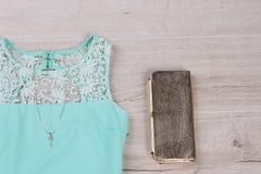 一件绿色礼服的细节有金项链和传动器的 图库摄影