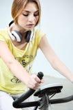 一件黄色衬衣的女孩 免版税库存照片