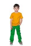 一件黄色衬衣的年轻微笑的男孩 免版税库存照片
