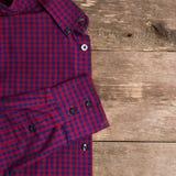 一件蓝色人衬衣在木背景 正方形 库存图片