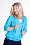一件蓝色女衬衫和长裤的美丽的金发碧眼的女人 免版税库存照片