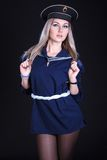 一件蓝色海军制服的少妇 免版税库存照片