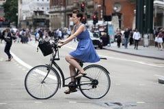 一件蓝色礼服的严肃的女孩有穿过路o的圆点的 免版税库存照片