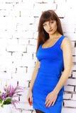 一件蓝色礼服的女孩 免版税库存图片