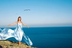 一件蓝色礼服的红发女孩 免版税库存图片