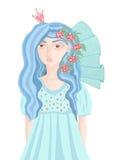 一件蓝色礼服的美丽的女孩有在她的头发的花的 免版税库存图片