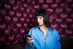 蓝色衬衣文字sms的妇女 免版税库存照片