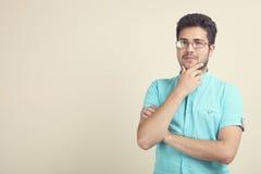 一件蓝色衬衣的人认为 免版税库存照片